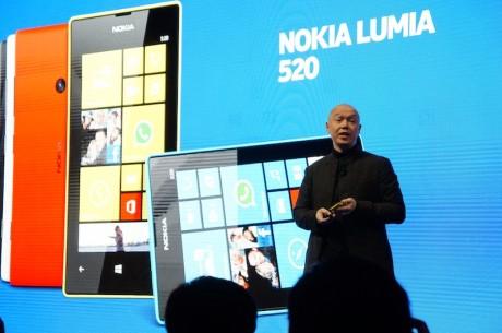 Nokias designsjef Marko Ahtisaari presenterer Lumia 520.