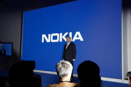 Nokias toppsjef Stephen Elop innledet pressemøtet med en peptalk.