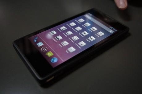 YotoPhone ser forfra ud som en helt almindelige smartphone.