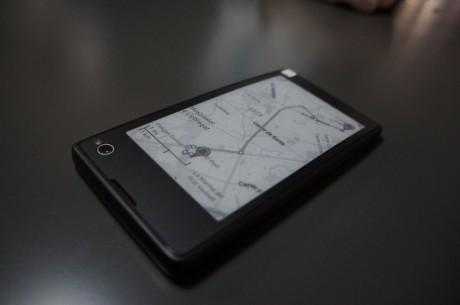 Men på bagsiden sidder en e-ink-skærm, som åbner op for en række, nye muligheder.