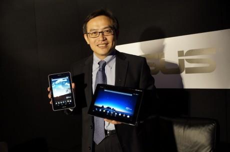 Benson Lin, som her fremviser FonePad og PadFone Infinity, afslører, at ASUS arbejder på en hybridmodel baseret på Windows Phone 8.