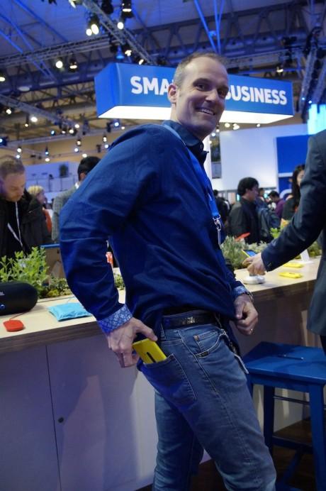 Sådan! Nokia Lumia 920 passer i lommen på et par stramme jeans!