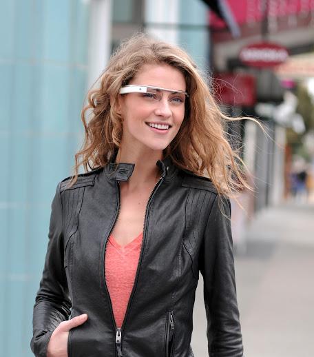 Model med prototype af Googles smarte briller.
