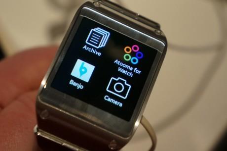 Galaxy Gear har en rekke apps og funksjoner som betjens med touch-skjermen.