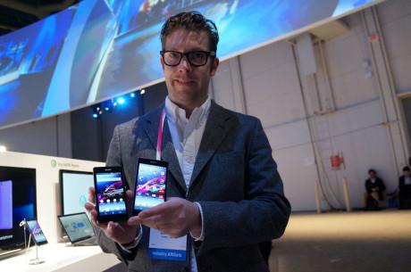 Erik Yström fra Sony Mobile (her med Xperia Z1 Compact til venstre og Xperia Z1 til højre) lægger ikke skjul på, at man med Z1 Compact gerne vil kapre utilfredse iPhone-brugere.