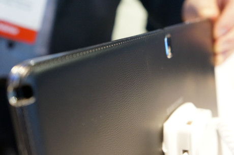 Bagsiden i kunstlæder ligesom på Galaxy Note 10.1 2014 Edition, som Samsung lancerede sidste år på IFA.