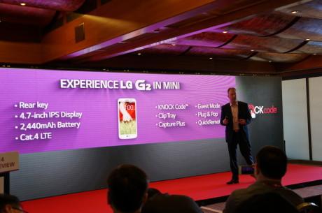Udenfor skinnede solen, men LG havde rullet gardinerne ned, at G2 Mini blev præsenteret. På scenen er det James Marshall fra LG.