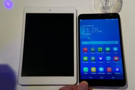 """Med en skjerm på 7,9"""" virker ikke iPad mini mye større enn Huawei MediaPad X1 på papiret, men når de to legges side om side, blir forskjellen tydeligere."""
