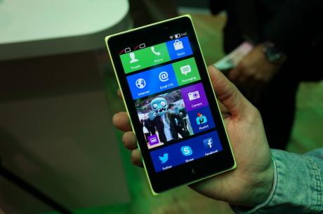 """Den noget større Nokia XL kommer med 5"""" IPS-skærm."""