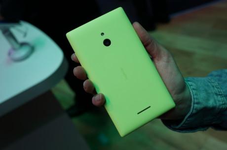 Nokia X-mobilerne kommer i flere farver. Her er det XL-modellen i skrig-gul!