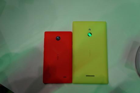 Her Nokia X til venstre og Nokia XL til højre. Størrelsesforskellen er tydelig.