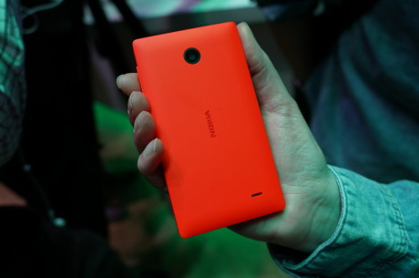 Og her er det Nokia X i jordbær-rød.