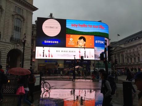 Disse to bildene tatt med henholdsvis HTC One M8 (øverst) og iPhone 5S (nederst) viser i sin tur hvor dårlig HTCs Ultrapixel kamera takler en sterk lyskilde, som denne reklameveggen ved Piccadilly Circus.