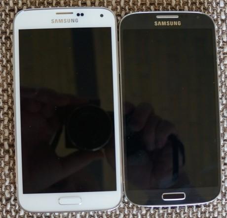 Galaxy S5 (til venstre) side om side med Galaxy S4 (til højre).
