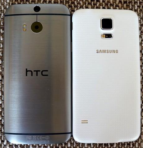 HTC One M8 (til venstre) ved siden av Samsung Galaxy S5 til høyre. Forskjellen i byggekvalitet kan ses med det blotte øye.
