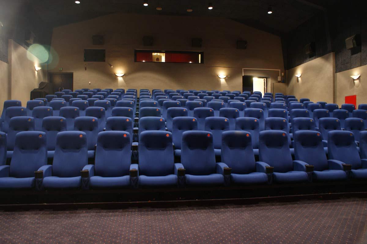 Klovborg Kino består af tre sale. Den største har plads til 160 gæster.