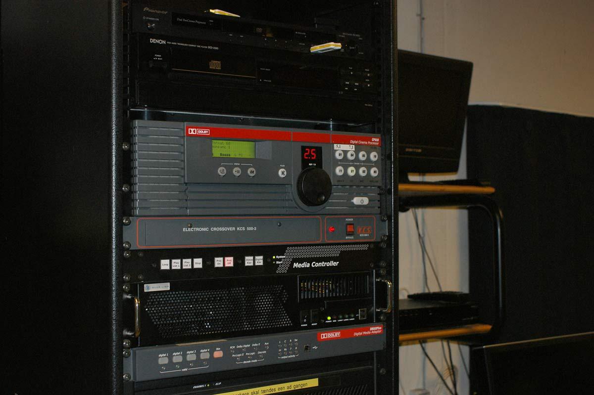 Lyden behandles i en professionel Dolby CP650 processor. Under processoren ses det elektroniske delefilter til frontkanalerne.