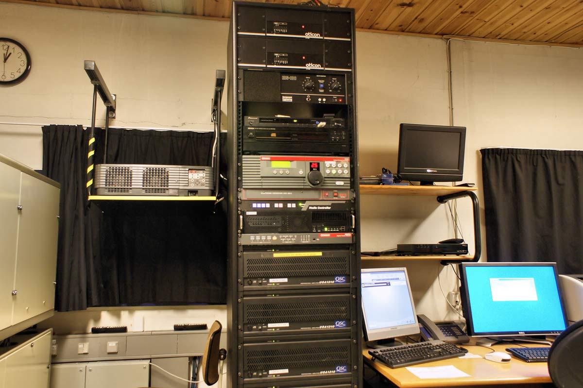 Hver sal styres fra et mandshøjt elektronik-rack. Der indgår bl.a. seks forstærkere med en samlet effekt på knap 8 kilowatt.