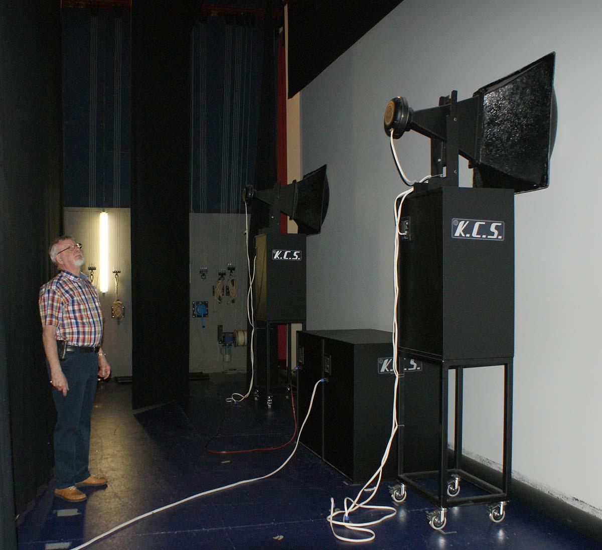 Steen Rasmussen viser to af de tre frontkanaler frem. Biograflærredet er akustisk transparent, så de enorme højttalere kan placeres korrekt i forhold til billedet.