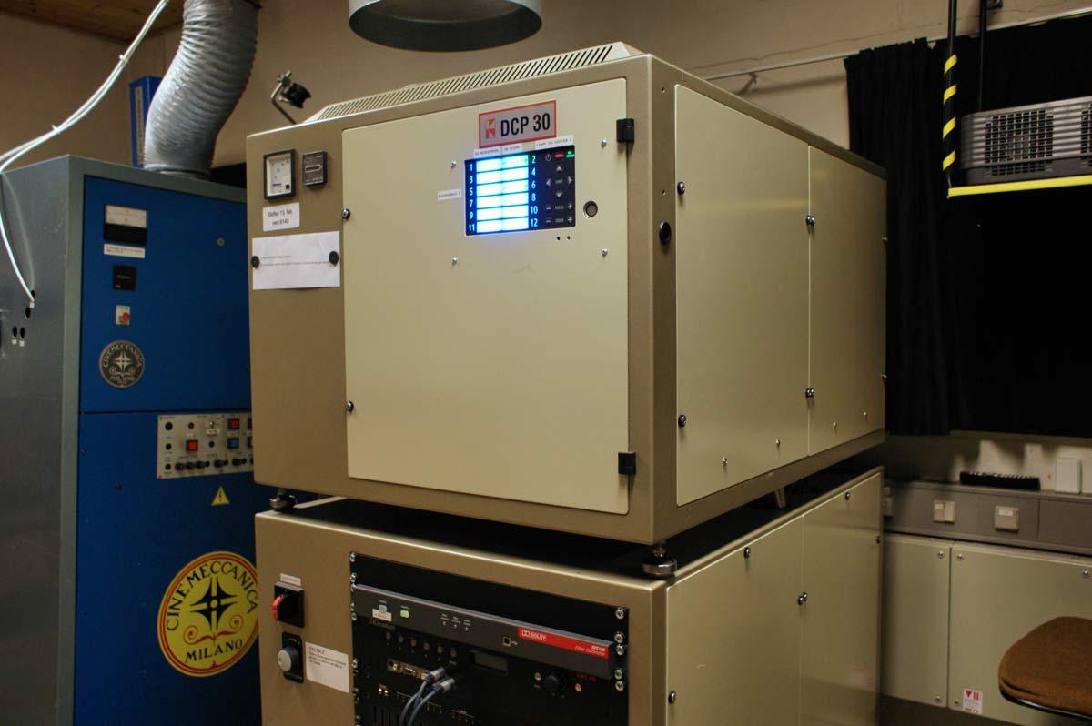 De digitale 3D-projektorer fylder hver som to stablede kummefrysere og koster en halv million stykket.