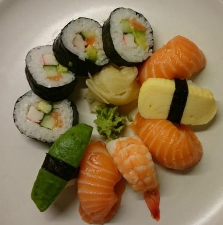Sushi fanget i god belysning.
