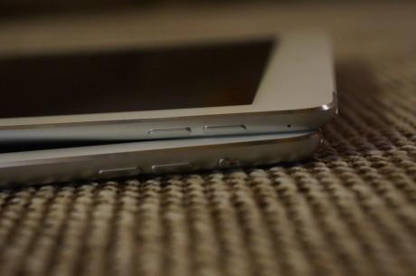 iPad Air 2 (øverst) kommer uten den knappen, som på iPad Air (nederst) sitter over volumknappene, og som brukes til at slå på eller av lyden eller deaktivere skjermrotasjonen.