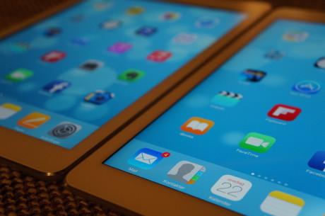 iPad Air 2 (til høyre) kommer med en fullt laminert skjerm, som bringer skjermbildet tettere på brukeren.