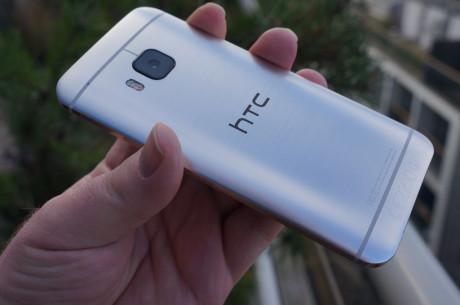 På bagsiden af HTC One M9 sidder et 20 megapixel kamera med en linse af safirglas. Ved siden af linsen ses Dual Color Flash, som giver billeder med en mere naturtro belysning.