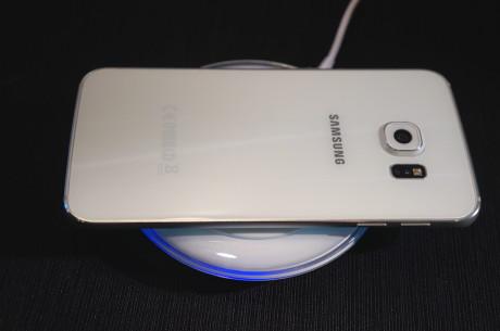 På baksiden av begge modeller sitter et kamera med 16 MP samt en infrarød sensor, som hjelper med innstillingen av hvitbalanse. Hjerterytmemåleren som Samsung introduserte på forgjengeren er derimot borte.
