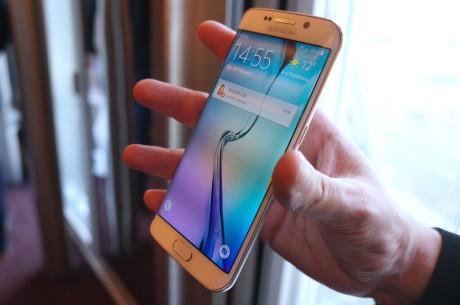SamsungGalaxyS6_group_back1.JPG: Samsung-mobilene fås i perlehvit, safirsort, topasblå (kun Galaxy S6), platinagul og til slutt smaragdgrønn (kun Galaxy S6 edge), som er avbildet.