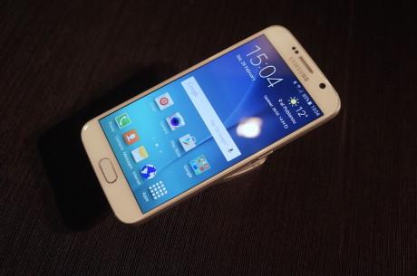 Sett forfra Samsung Galaxy S6 ved første blikk forgjengeren, men det inntrykket blir borte når man berører for-og baksiden av Gorilla Glass 4.