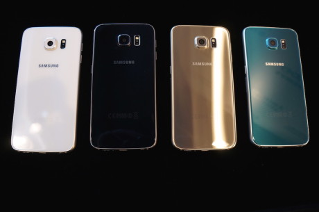 Samsung-mobilene fås i perlehvit, safirsort, topasblå (kun Galaxy S6), platinagul og til slutt smaragdgrønn (kun Galaxy S6 edge), som er avbildet.