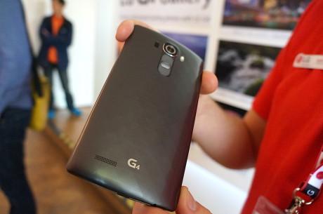 """Her er det LG G4 med """"keramisk"""" plastcover i fargen Metallic Grey."""