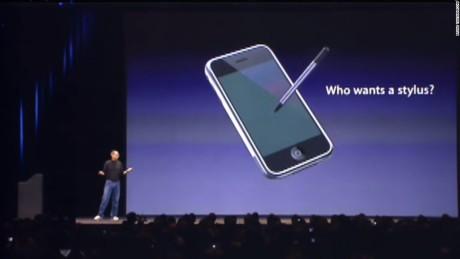 """""""Who wants a stylus?"""" spurte Steve Jobs ved iPhone-lanseringen i 2007. Nå ser det ut til, at Apple gjerne vil ha en stylus likevel! Foto: Apple"""
