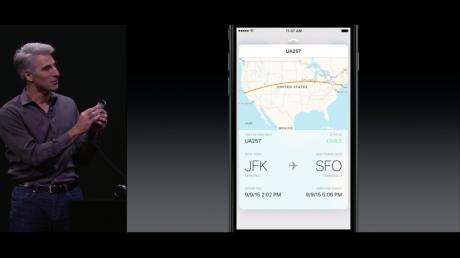 """Her tager Apples Phil Schiller et """"peek"""" på en flyrute med 3D Touch. Foto: Apple"""