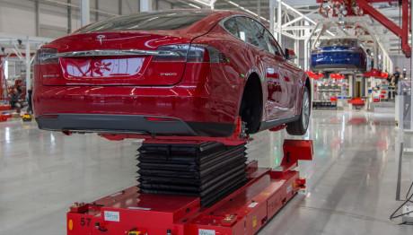 Når bilerne ankommer til fabrikken, mangler de motor, bagtøj, batterier og software. Foto: Tesla.