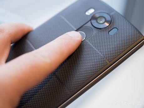 Fingeraftrykslæseren sidder bag på telefonen, som i øvrigt er beskyttet af såkaldt Dura Skin, der gør mobilen bedre at holde. Foto: LG