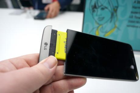 Så enkelt er det å bytte batteriet i LG G5. Foto: Peter Gotschalk