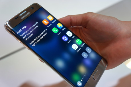Det såkaldte edge-panel på Galaxy S7 edge er blevet meget mere brugbart. Foto: Peter Gotschalk
