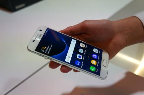 Den nye Galaxy S7 ligner VIRKELIG sidste års model på en prik. S7 edge har i det mindste fået større skærm. Foto: Peter Gotschalk