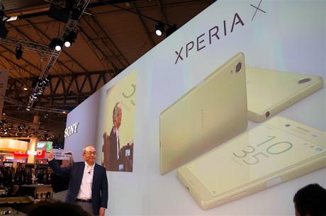 Hiroki Totoki, adm. Direktør i Sony Mobile, presenterer Sony Xperia X på Mobile World Congress. Foto: Peter Gotschalk