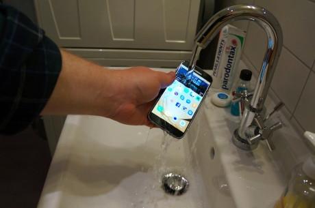 Ja, Samsung Galaxy S7 er vandtæt. Vi har skam tjekket. Se også video længere nede i artiklen. Foto: Peter Gotschalk