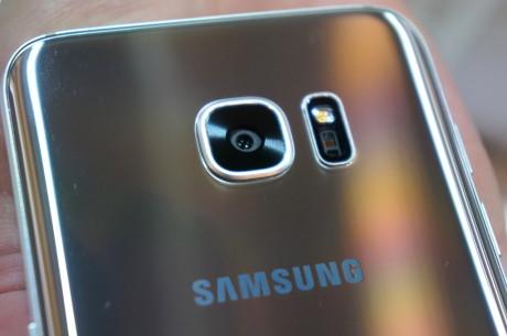 På både Galaxy S7 og S7 edge er linsen blevet filet lidt ned, så den ikke stikker helt så meget ud fra bagsiden. Foto: Peter Gotschalk