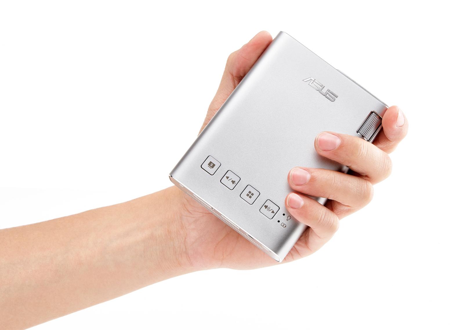 ZenBeam E1 er på størrelse med en walkman. Foto: Asus