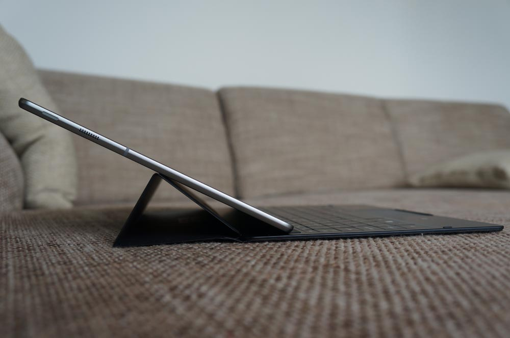 Når TabPro S er placeret i denne vinkel, er der nærmest ingen grund til at bruge tastaturet, hvilket gør det lidt meningsløst, at det er den ene af kun to mulige positioner.