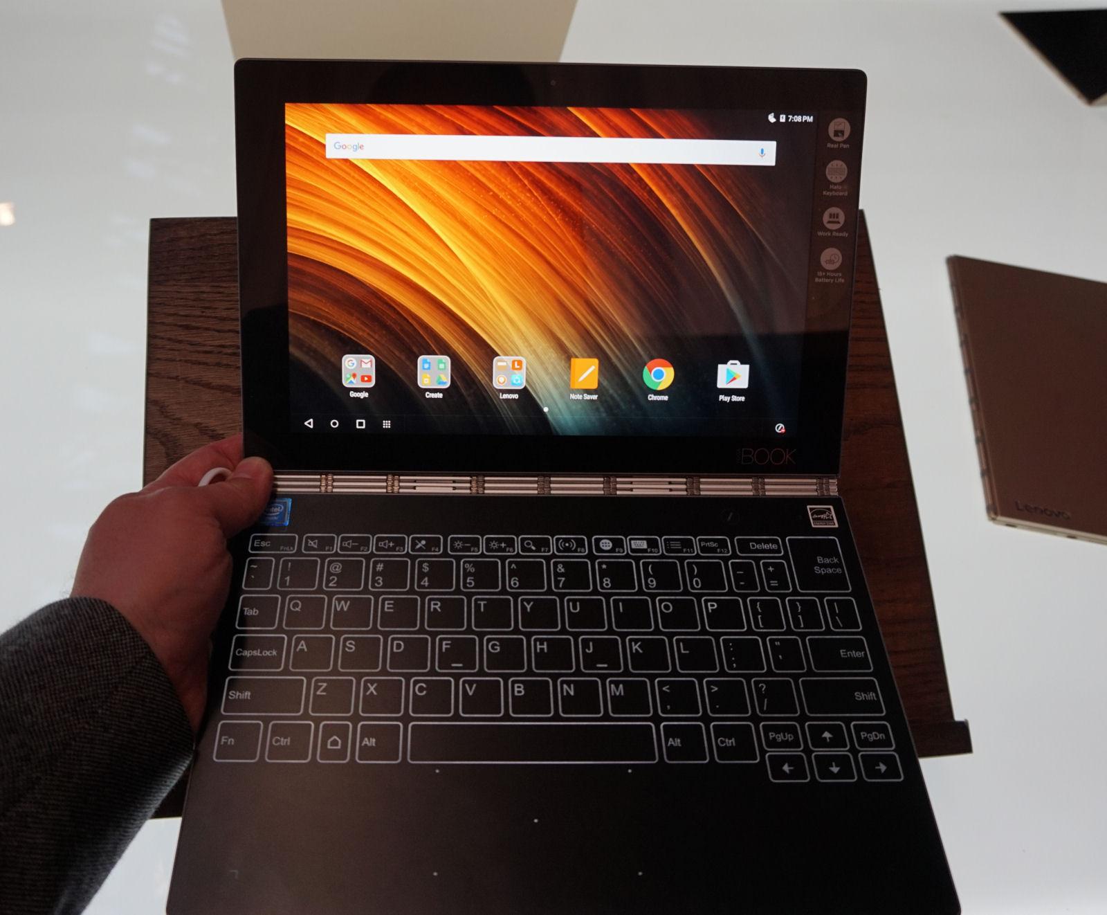 Lenovo Yogabook er virkelig lille og let. Foto: John Alex Hvidlykke, Lyd & Billede