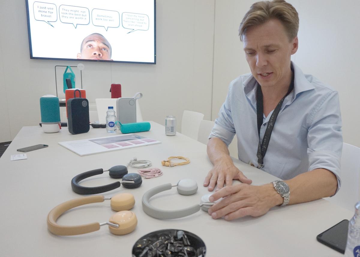 Produktchef Uffe Kjems Hansen fra Libratone forklarer om deres flertrins-støjkorrektion. Foto: John Alex Hvidlykke, Lyd & Billede.