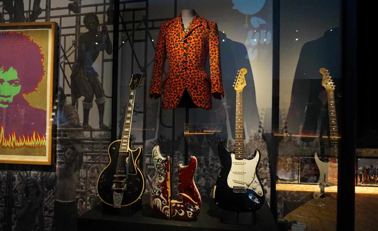 Nogle af Jimi Hendrix' - hårdt - brugte guitarer. Foto: John Alex Hvidlykke, Lyd & Billede