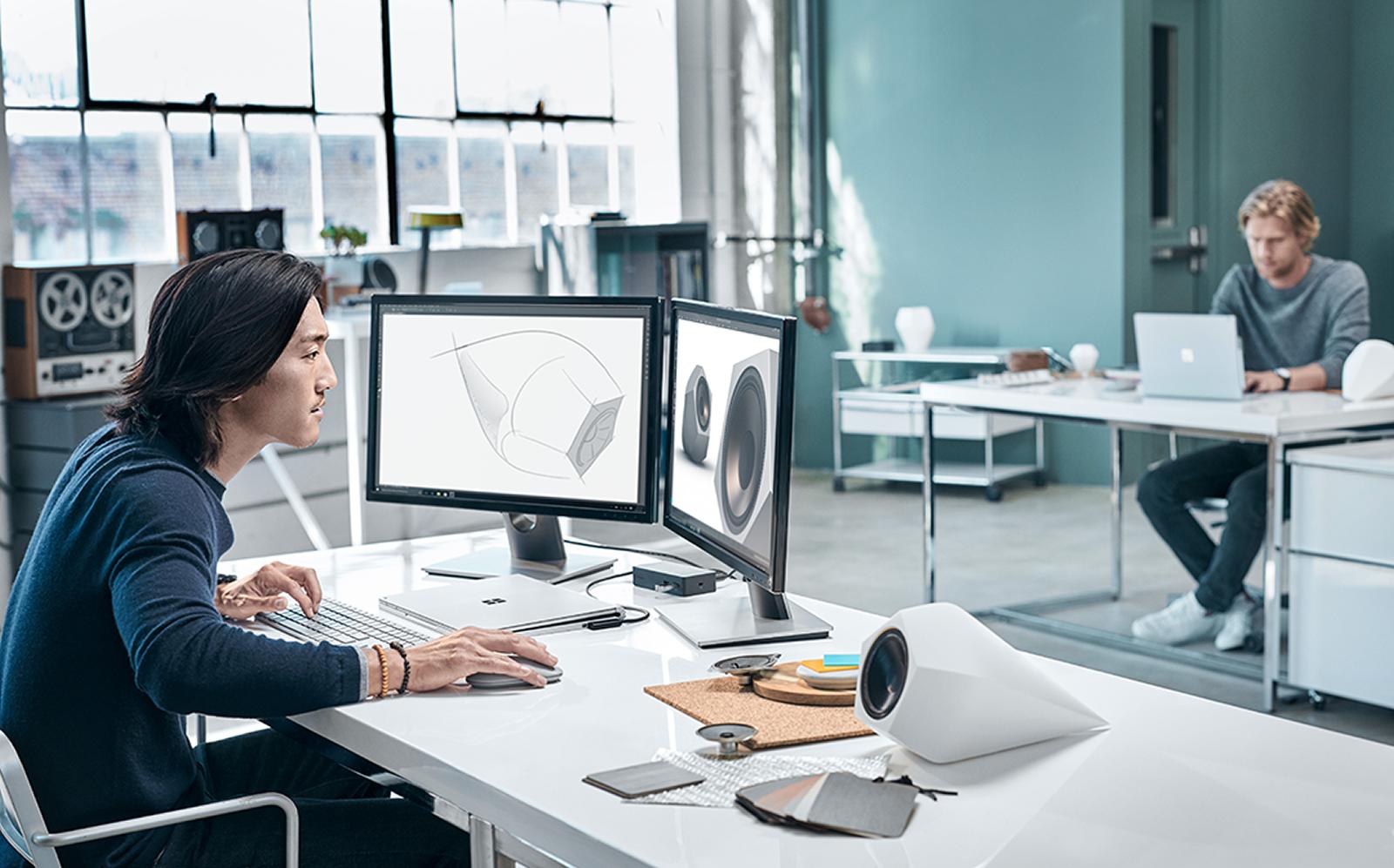 Microsoft satser nu på de kreative brancher - hvor man lytter til spolebånd, mens man arbejder i uergonomiske stillinger. Foto: Microsoft