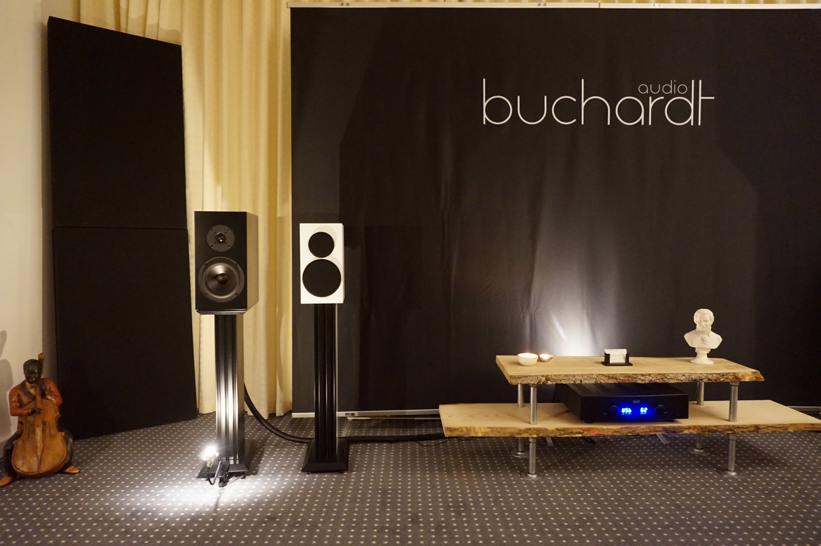 """Buchardt Audio havde fået ekstra god plads i år. Der blev spillet på S200 og S300 MK II. Elektronikken var fra Hegel """"så det er noget, som alle kender"""". Foto: John Alex Hvidlykke, Lyd & Billede"""